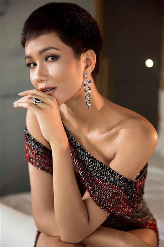 HHen Niê vô cùng quyến rũ trong trang phục dạ hội xẻ cao tà tại Miss Universe 2018 - Ảnh 1.