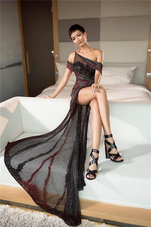 HHen Niê vô cùng quyến rũ trong trang phục dạ hội xẻ cao tà tại Miss Universe 2018 - Ảnh 2.