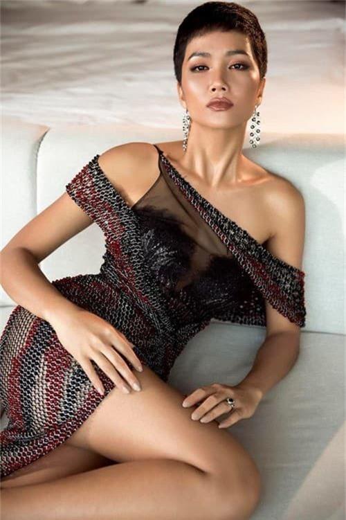 HHen Niê vô cùng quyến rũ trong trang phục dạ hội xẻ cao tà tại Miss Universe 2018 - Ảnh 4.