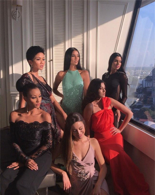 HHen Niê vô cùng quyến rũ trong trang phục dạ hội xẻ cao tà tại Miss Universe 2018 - Ảnh 6.