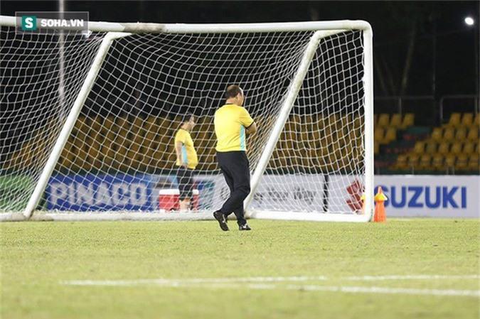 HLV Park Hang-seo kiểm tra kĩ mặt cỏ sân Panaad, tạm yên tâm đấu Philippines - Ảnh 1.