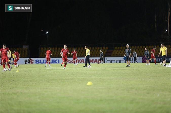 HLV Park Hang-seo kiểm tra kĩ mặt cỏ sân Panaad, tạm yên tâm đấu Philippines - Ảnh 10.