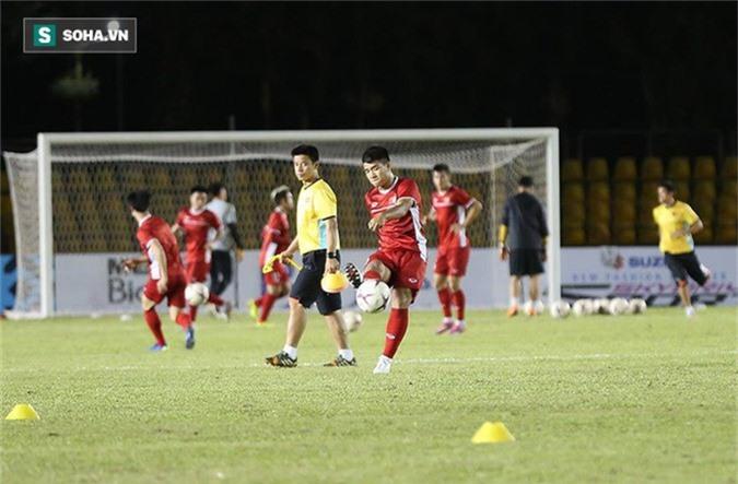 HLV Park Hang-seo kiểm tra kĩ mặt cỏ sân Panaad, tạm yên tâm đấu Philippines - Ảnh 11.