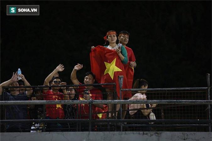 HLV Park Hang-seo kiểm tra kĩ mặt cỏ sân Panaad, tạm yên tâm đấu Philippines - Ảnh 12.