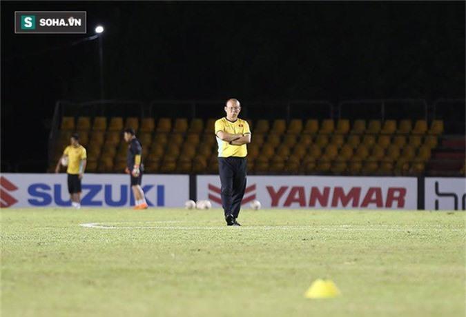 HLV Park Hang-seo kiểm tra kĩ mặt cỏ sân Panaad, tạm yên tâm đấu Philippines - Ảnh 2.