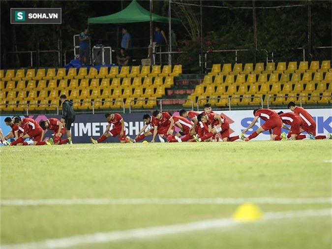 HLV Park Hang-seo kiểm tra kĩ mặt cỏ sân Panaad, tạm yên tâm đấu Philippines - Ảnh 3.
