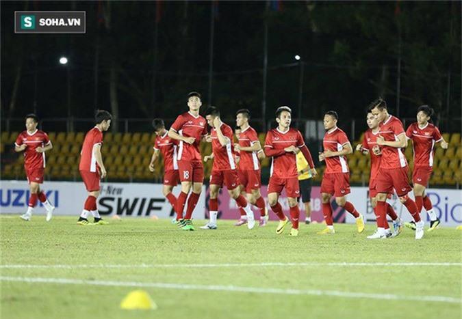 HLV Park Hang-seo kiểm tra kĩ mặt cỏ sân Panaad, tạm yên tâm đấu Philippines - Ảnh 4.