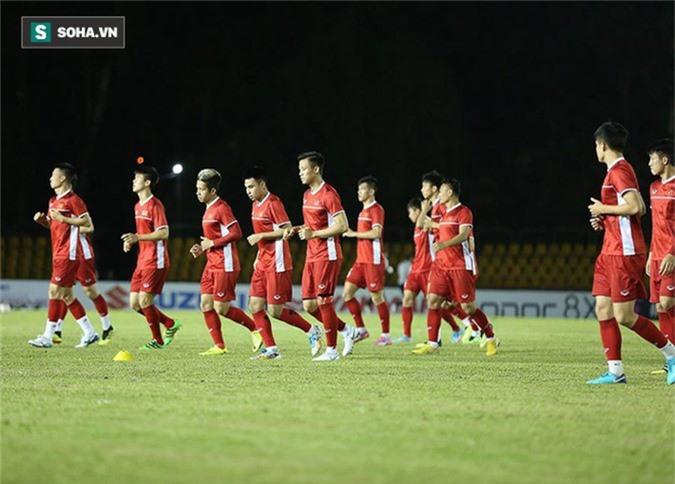 HLV Park Hang-seo kiểm tra kĩ mặt cỏ sân Panaad, tạm yên tâm đấu Philippines - Ảnh 5.