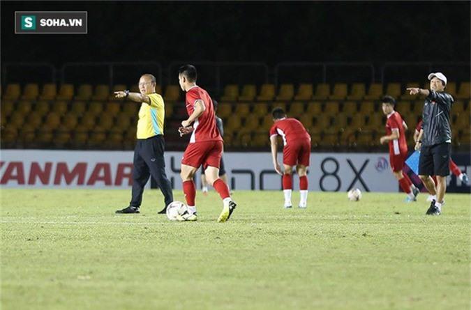 HLV Park Hang-seo kiểm tra kĩ mặt cỏ sân Panaad, tạm yên tâm đấu Philippines - Ảnh 6.