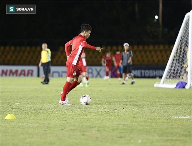 HLV Park Hang-seo kiểm tra kĩ mặt cỏ sân Panaad, tạm yên tâm đấu Philippines - Ảnh 7.