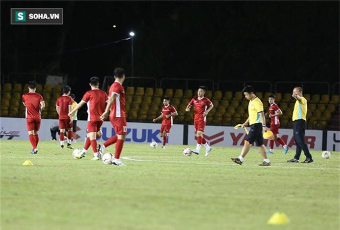 HLV Park Hang-seo kiểm tra kĩ mặt cỏ sân Panaad, tạm yên tâm đấu Philippines - Ảnh 8.