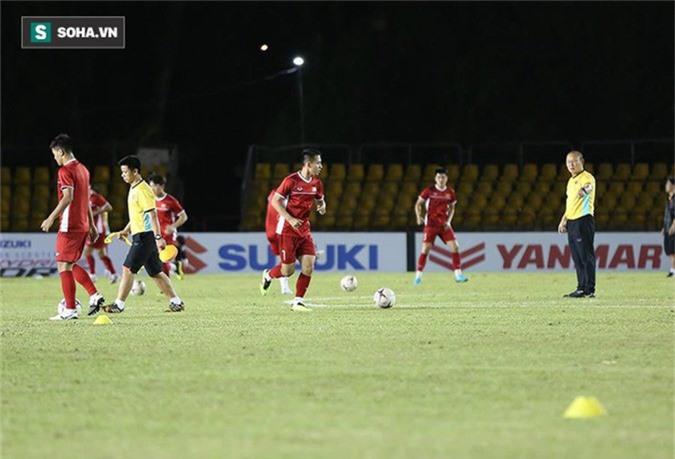 HLV Park Hang-seo kiểm tra kĩ mặt cỏ sân Panaad, tạm yên tâm đấu Philippines - Ảnh 9.