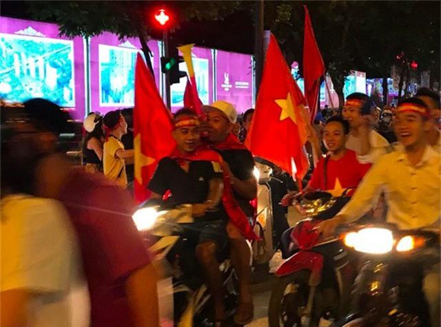 Tràn ngập cờ đỏ sao vàng trên đường phố mừng Tuyển VN thắng Philipines