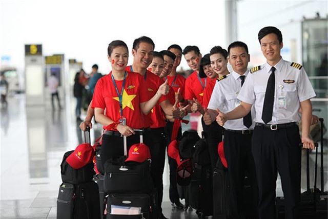 Các tiếp viên hàng không thay vì mặc áo dài truyền thống đã mặc áo cờ đỏ sao vàng.