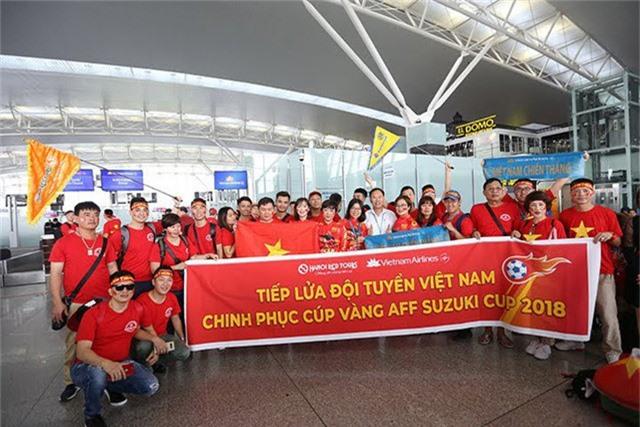 Không khí cổ vũ rộn ràng tại sân bay Nội Bài