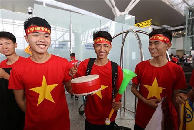 Các đoàn cổ động viên chuẩn bị trống, kèn để cổ vũ và liên tục hô vang: Việt Nam vô địch làm nhộn nhịp, rộn ràng cả sảnh chờ sân bay.