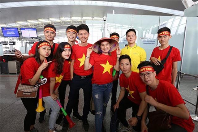 Để cổ vũ tinh thần đội tuyển Việt Nam, Vietnam Airlines đã bố trí 2 chuyến bay thẳng từ Hà Nội và 1 chuyến từ TP Hồ Chí Minh đi Bacolod chở đội tuyển và người hâm mộ sang Philippines.