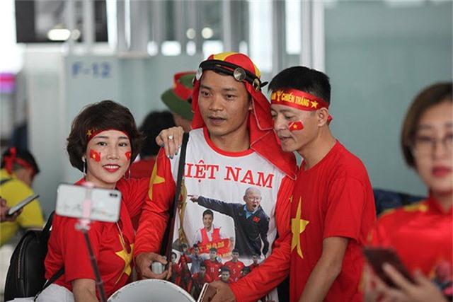Các đơn vị lữ hành phối hợp với Vietnam Airlines xây dựng các chuyến bay thẳng từ Việt Nam sang Philippines. Theo đó, giá tour sẽ bao gồm trọn gói vé máy bay, chi phí ăn ở, đi lại, vé vào sân cổ vũ nhằm giúp các cổ động viên hoàn toàn thoải mái tận hưởng không khí trận bán kết lượt đi.