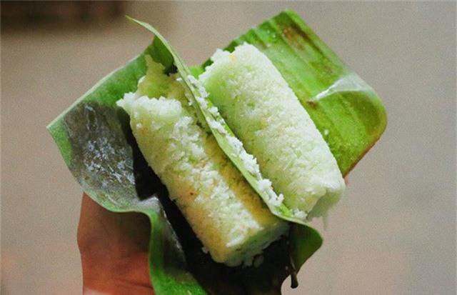 Bánh ống lá dứa miền Tây đang gây sốt trên vỉa hè Hà Nội