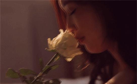 """Hoa hậu Thuỳ Linh nóng bỏng trong bộ ảnh """"giường chiếu"""" đón tuổi 30."""