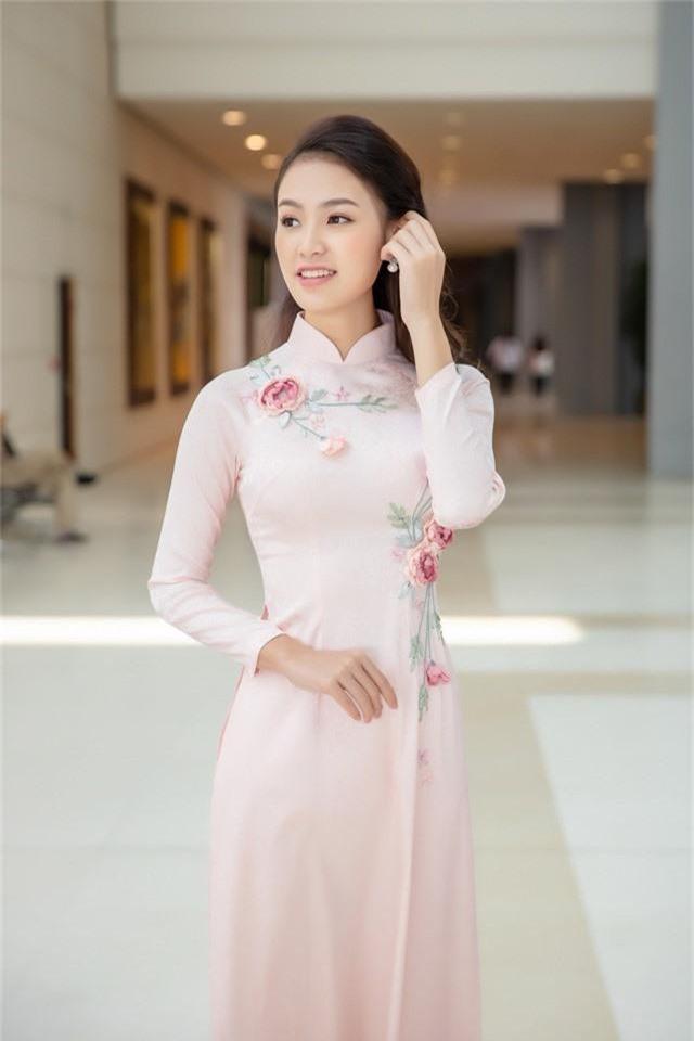 """Bước ra từ cuộc thi Hoa hậu Việt Nam 2016, người đẹp được mệnh danh là """"cô gái vàng"""" của cuộc thi nhờ thành tích học tập """"khủng"""" không lựa chọn con đường showbiz mà tiếp tục theo đuổi ước mơ nghiên cứu khoa học và học tập tại trường Đại học Ngoại thương."""