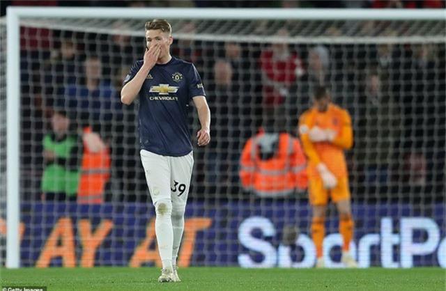 McTominay buồn bã sau bàn thua thứ hai của Man Utd, tiền vệ người Scotland cùng Matic và Jones hợp thành bộ ba trung vệ của Quỷ đỏ