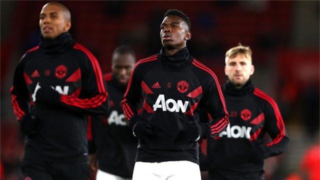 Các cầu thủ Man Utd khởi động trước trận đấu, Mourinho chọn đội hình 5-3-2 lạ mắt để làm khách trước Southampton