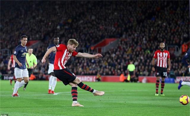 Amstrong trừng phạt sự rối loạn trong đội hình của đối phương bằng bàn thắng mở tỉ số ngay phút 13