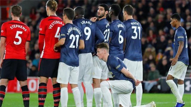 Phút 20, Southampton được hưởng quả đá phạt, McTominay quỳ xuống như để lót cho hàng rào nếu các đồng đội của anh nhảy lên