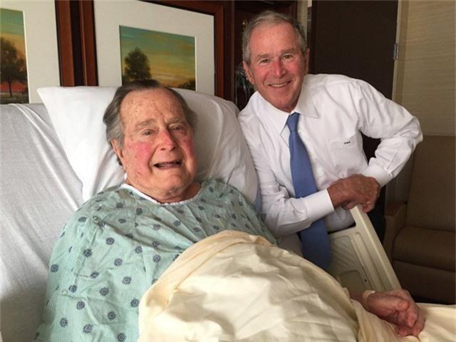 Cựu tổng thống George W.Bush tới thăm cha, cựu Tổng thống George H.W. Bush, trong bệnh viện tại Houston năm 2017. (Ảnh: Getty)