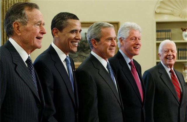 Cựu Tổng thống Bush cha chụp ảnh cùng các cựu tổng thống Mỹ tại Nhà Trắng năm 2009. (Ảnh: BI)
