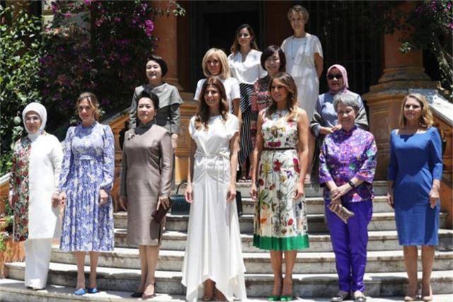 Phu nhân Hà Tinh (quần áo màu xanh) chụp ảnh lưu niệm cùng phu nhân các nguyên thủ tới Argentina dự hội nghị G20. (Ảnh: Reuters)