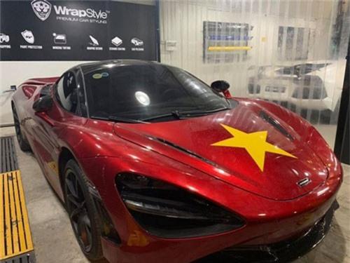 Siêu phẩm McLaren 720S đỏ được chủ nhân dán sao vàng để cổ vũ cho đội tuyển Việt Nam. Trước trận bán kết Việt Nam - Philippines, nhiều người hâm mộ Việt Nam đã cổ vũ đội bóng nước nhà theo nhiều cách độc đáo khác nhau. (CHI TIẾT)