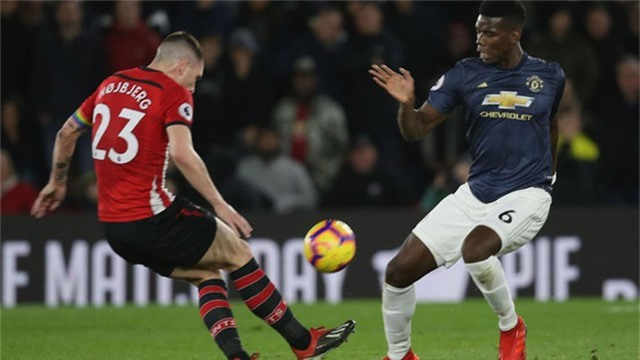 Pogba (phải) thi đấu tệ nhất trong đội hình của Man Utd