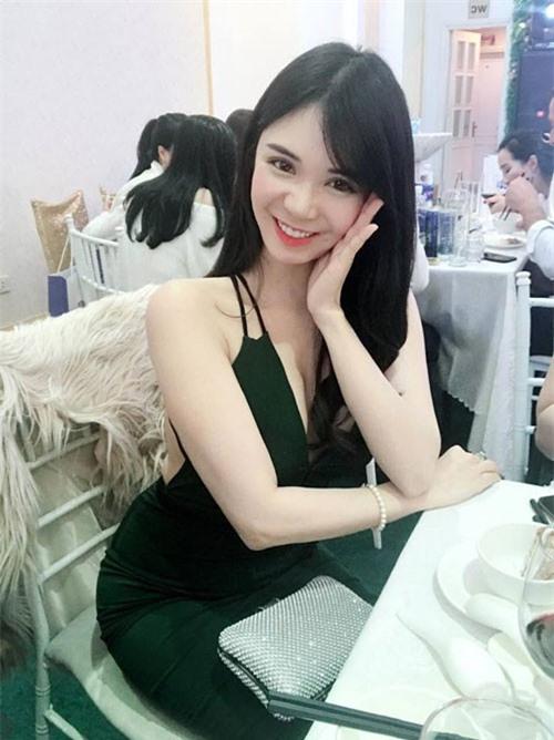 Người đẹp 26 tuổi gây bất ngờ gốc Huế tuyên bố, cô sẽ tới theo dõi trận chung kết AFF Cup 2018 nếu ĐT Việt Nam giành được tấm vé. Ảnh: FBNV.