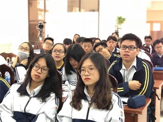 Học sinh trường THPT Việt Đức Hà Nội nghe tư vấn tuyển sinh năm 2019
