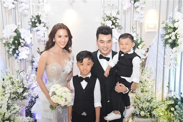 Đám cưới của Ưng Hoàng Phúc và Kim Cương được sự ủng hộ của gia đình 2 bên sau nhiều năm gắn bó vẫn vô cùng hạnh phúc. Cặp đôi tổ chức hôn lễ khi đã có với nhau 1 đứa con chung. Ưng Hoàng Phúc bên vợ và 2 con trong ngày cưới.