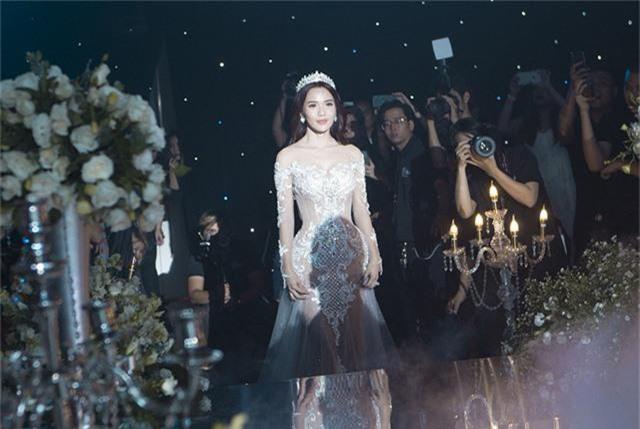 Kim Cương xuất hiện với hình ảnh cô dâu rạng rỡ, xinh đẹp trong chiếc váy cô dâu có thiết kế đuôi cá, hoa văn trên váy được vẽ thủ công và đính kết với chất liệu ngọc trai va pha lê cao cấp.