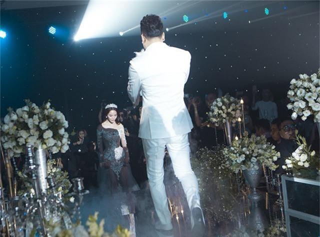 Ưng Hoàng Phúc xuống sân khấu nắm tay vợ để bước vào nghi thức chính của buổi lễ