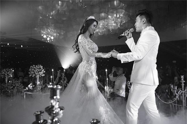Cặp đôi trao nhau ánh mắt say mê và ngọt ngào trong ngày hạnh phúc của mình