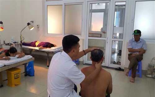 Xoa bóp, bấm huyệt cho bệnh nhân bị đau vai gáy.