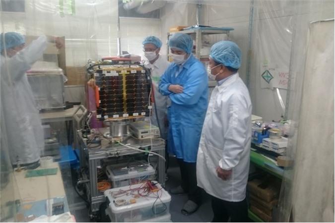 Vệ tinh MicroDragon khi được lưu trữ tại phòng sạch của Đại học Tokyo chờ phóng