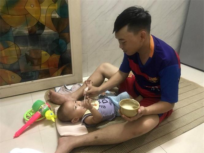 Lần đầu làm bố dù nhiều bỡ ngỡ nhưng các ông bố trẻ luôn cố gắng để chăm con thật tốt HOA NỮ