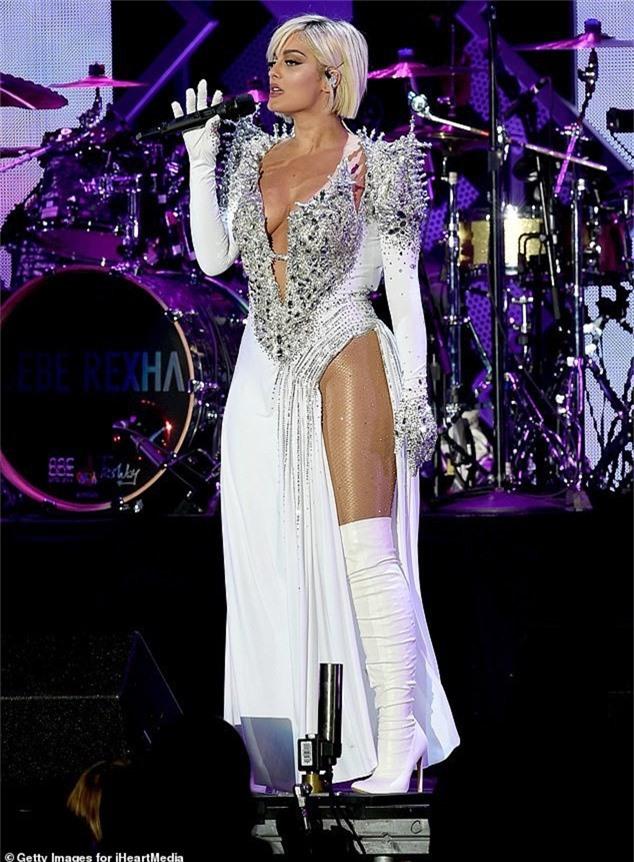 Bebe Rexha trình diễn cuốn hút trong đêm nhạc KIIS FMs Jingle Ball tại Inglewood, California, Mỹ ngày 1/12 vừa qua