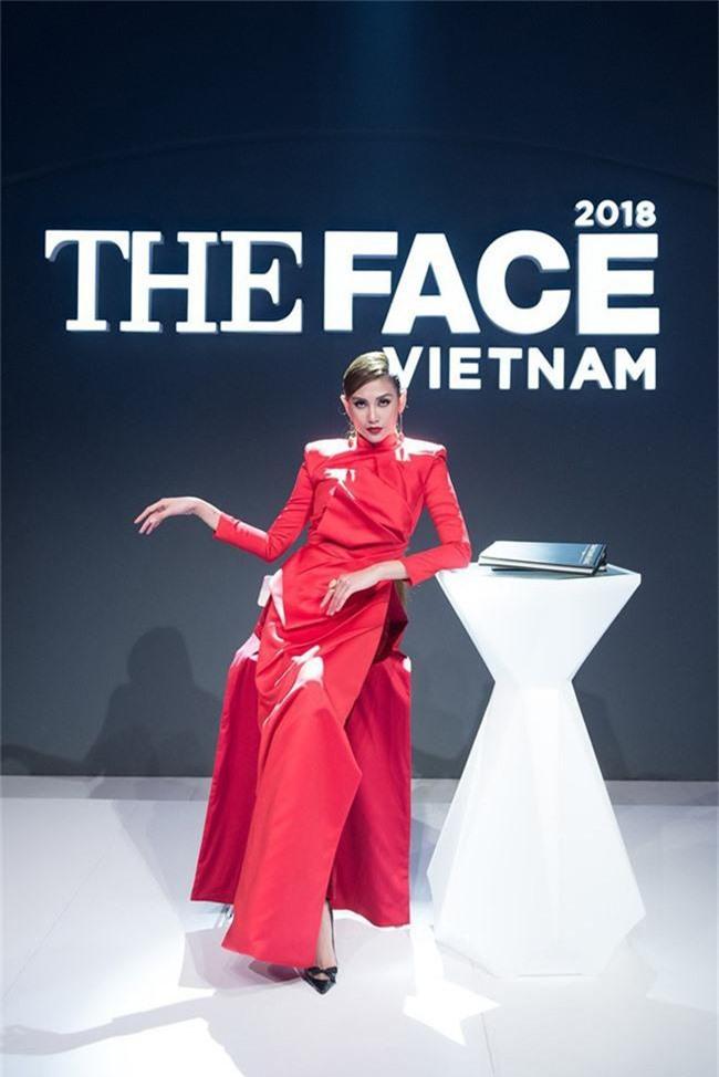 Đầu tư như Võ Hoàng Yến ở The Face, cứ vào vòng loại là thay áo dài sang chảnh để chặt đẹp cả thế giới - Ảnh 2.