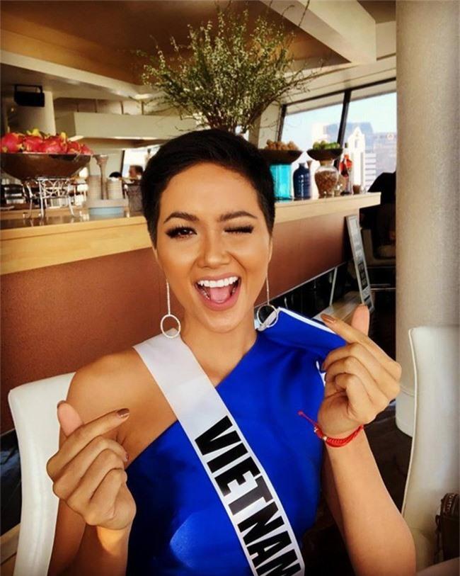 HHen Niê xử đẹp trang phục khó nhằn, tự tin tạo dáng trong buổi chụp hình tại Miss Universe 2018 - Ảnh 1.