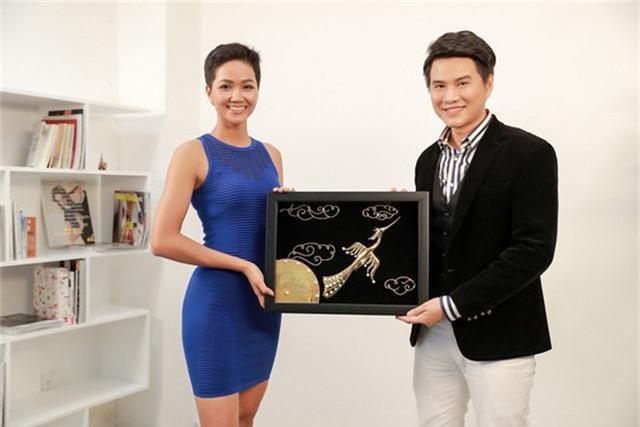 """Quà tặng quốc gia Hhen Niê mang đến cuộc thi là bức tranh """"Chim Lạc – Trống Đồng"""" được mạ vàng, đính kết ngọc trai."""