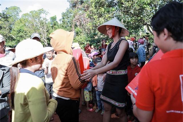 Kết hợp với chuyến về thăm quê, H'Hen Niê còn tranh thủ ghi hình thực hiện video quảng bá văn hóa du lịch Đắk Lắk để gửi đến ban tổ chức Miss Universe 2018, đồng thời trao những phần quà ý nghĩa đến bà con, như một cách tri ân tình cảm của mọi người đã luôn quan tâm, yêu thương H'hen Niê.