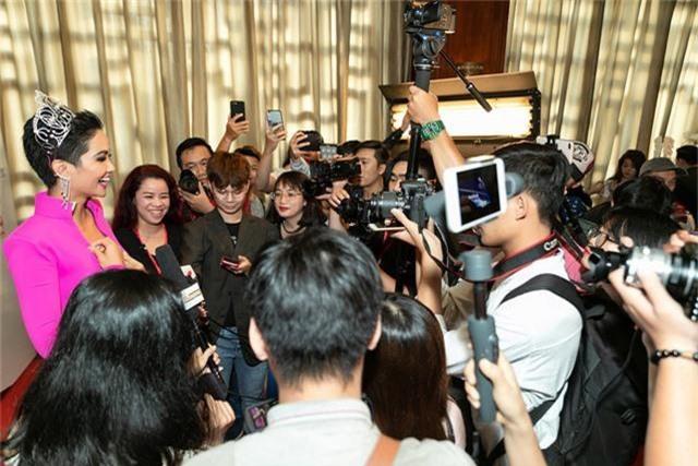 Hhen Niê gặp gỡ truyền thông trước khi lên đường