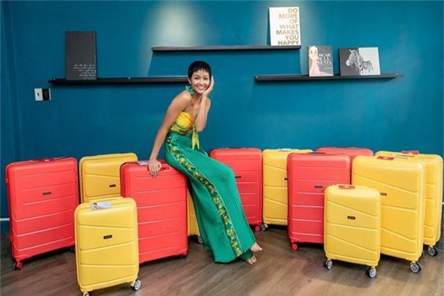 Đáng chú ý là những thông tin liên quan đến hành trang mà H'hen Niê mang theo khi đến Thái Lan. Với 12 vali và tổng 150kg được Hen mang theo khi đi thi là con số không hề nhỏ.